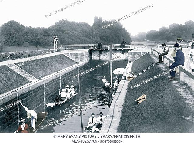 Staines, Bell Weir Lock 1907