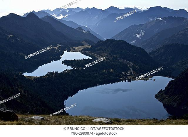 view of the GR10 on Lake Aumar going up to the Col d'Aubert, Néouvielle National Nature Reserve