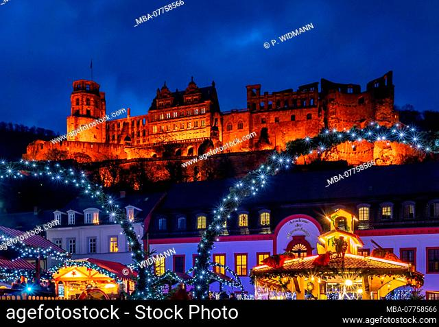 Christmas market on Karlsplatz Square in the Old Town of Heidelberg, with Heidelberg Castle, Heidelberg, Baden-Wuerttemberg, Germany, Europe