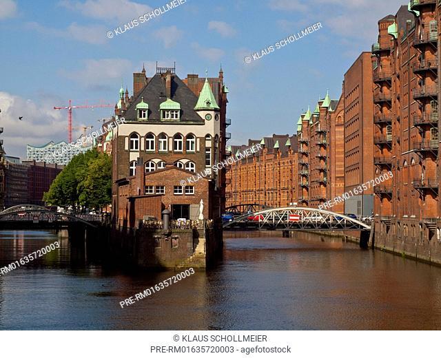 Junction of Holländischbrookfleet (left) and Wandrahmsfleet (right), the Wasserschloss in the middle, Speicherstadt, Hamburg, Germany