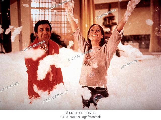 DER PARTYSCHRECK / The Party GB 1967 / Blake Edwards Hrundi (PETER SELLERS), Michele Monet (CLAUDINE LONGE) Regie: Blake Edwards aka