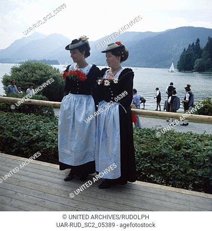 Oberbayern, Landkreis Miesbach, 1980er. Trachtenfest am Schliersee. Zwei Bayerinnen im Dirndl. Upper Bavaria, Miesbach county, 1980s
