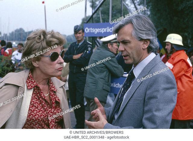 Die deutsche Schauspielerin Marianne Hoppe und Sportmoderator Dieter Kürten, Deutschland 1970er Jahre. German actress Marianne Hoppe and sports presenter Dieter...