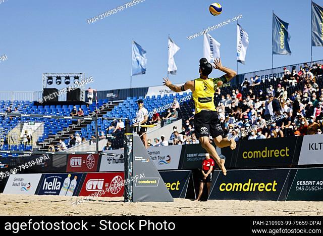 03 September 2021, Schleswig-Holstein, Timmendorfer Strand: Volleyball/Beach: German Championships, Men, 1st round, Thole/Wickler (ETV Hamburg) - Mäurer/Rudolf...