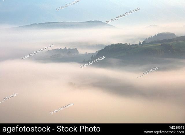 La Cuenca del Turiec envuelta de niebla y estribaciones de la cordillera Velka Fatra, Eslovaquia