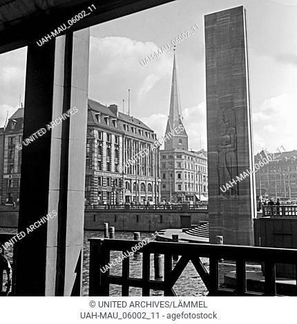 Die Petrikirche und das Hamburger Ehrenmal in Hamburg, Deutschland 1930er Jahre. St. Peter's church and WWI memorial at Hamburg, Germany 1930s