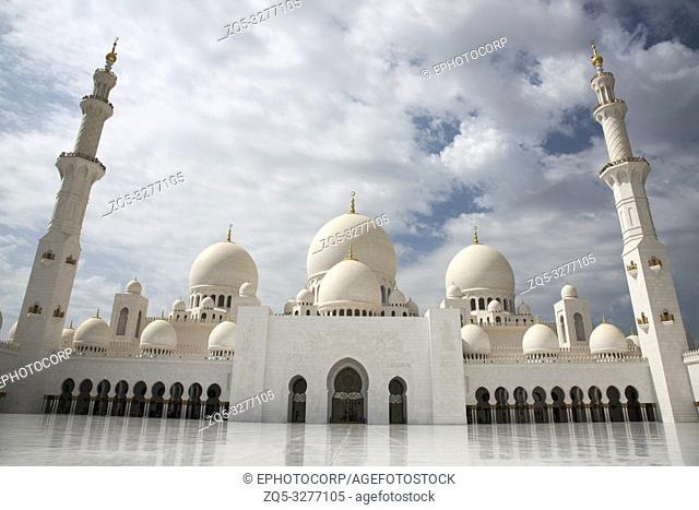 Sheikh Zayed Grand Mosque facade, Abu Dhabi, UAE. Largest mosque in the country, it is the key place of worship for daily prayers