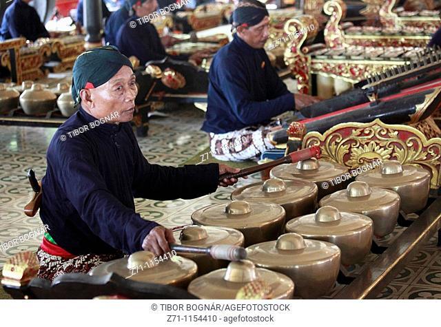 Indonesia, Java, Yogyakarta, gamelan musicians