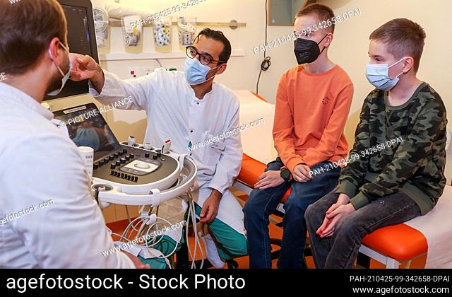 22 April 2021, Saxony, Leipzig: Diyar Saeed (m), head of the heart transplant programme, and Marcel Vollroth (l), senior physician for paediatric heart surgery