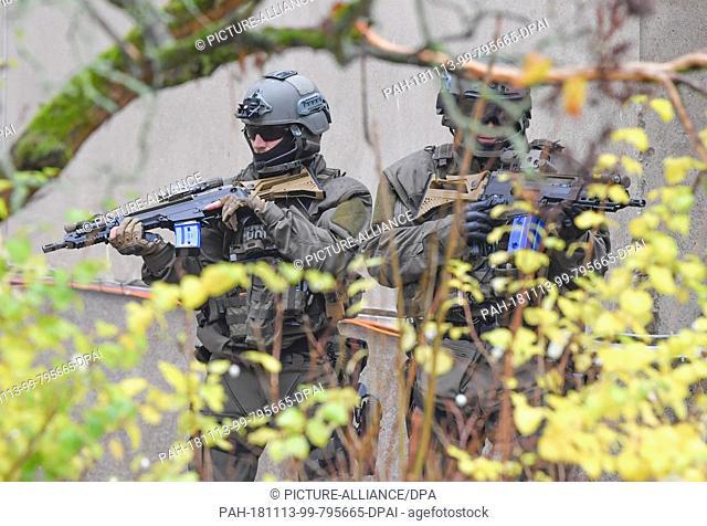 13 November 2018, Brandenburg, Bernau: Special Operations Command (SEK) officials take part in an anti-terrorist exercise