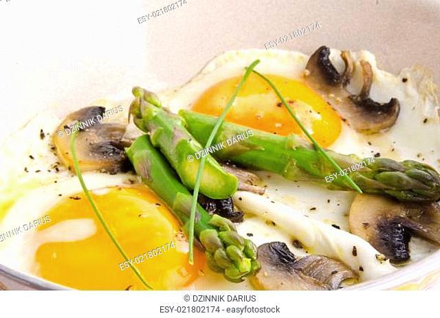 Asparagi with fried egg