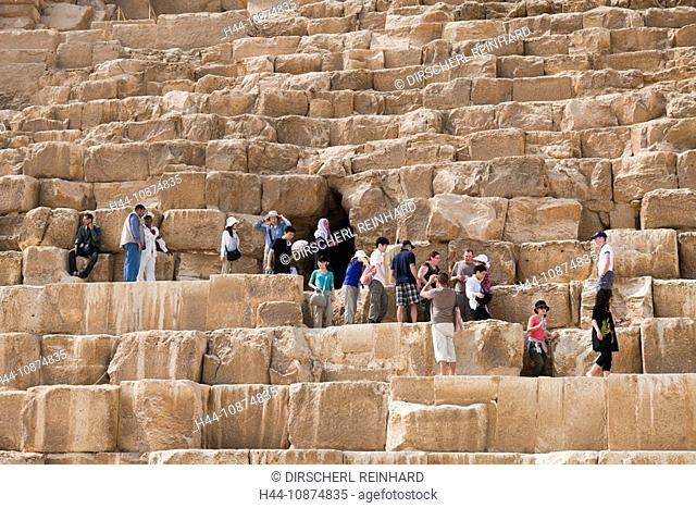 Touristen auf den Stufen der Cheops Pyramide, Kairo, Aegypten, Tourists at Entrance of Pyramid of Cheops, Cairo, Egypt
