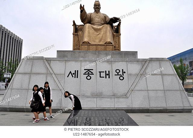 Seoul (South Korea): students by the monument in Gwanghwamun Square