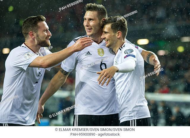 Shkodran MUSTAFI (li., GER), Niklas SUELE (mi., S-le, GER) und goalschuetze Leon GORETZKA (GER) freuen sich ueber das goal zum 1:0 fuer Germany, jubilation