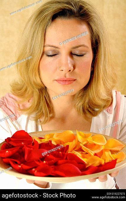 Schale mit Rosenblätter