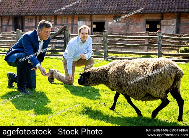14 September 2020, Lower Saxony, Hanover: Andreas Casdorff (l), Chairman of the Association of Zoological Gardens and Managing Director of Hannover Adventure...
