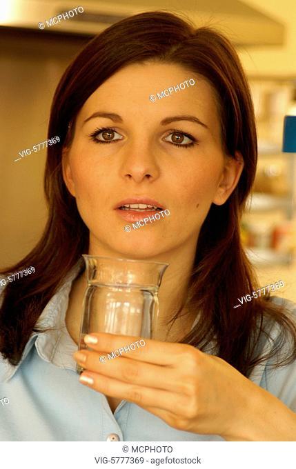 Eine junge Frau trinkt ein Glas Wasser, Hamburg 2006 - Hamburg, Germany, 05/12/2006