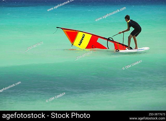 Surfista en la Playa de Sotavento, Parque Natural de Jandía, Fuerteventura, Islas Canarias, España, Europa