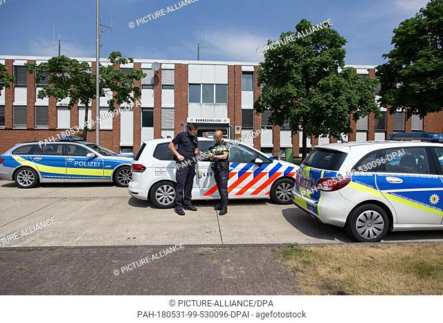 31 May 2018, Germany, Bad Bentheim:The German police officer Christian Stegemann (L) and his Dutch colleague David Thomason from the cross-border police team...