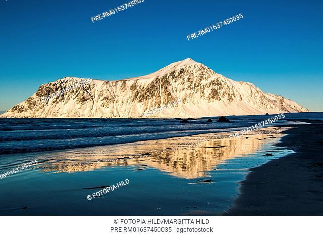 Looking from Flagstadsanden over the Vareidsundet to Hustinden mountain, Flagstadøya, Lofoten, Nordland, Norway, March 2017 / Blick vom Flagstadsanden über den...