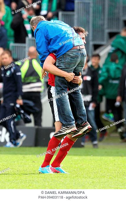 Freiburg's Ivan Santini picks up head coach Christian Streich during the German Bundesliga match between SpVgg Greuther Fuerth and SC Freiburg at Trolli Arena...