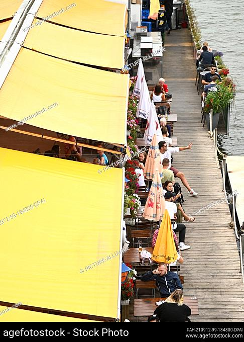 10 September 2021, Hessen, Frankfurt/Main: The tables of a restaurant boat at the Eisernen Steg are well filled. The Hessian state government's planned approval...