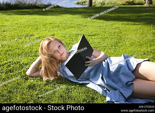 Elin Paulander, Miss Jämtland 2009. Woman reading outdoor