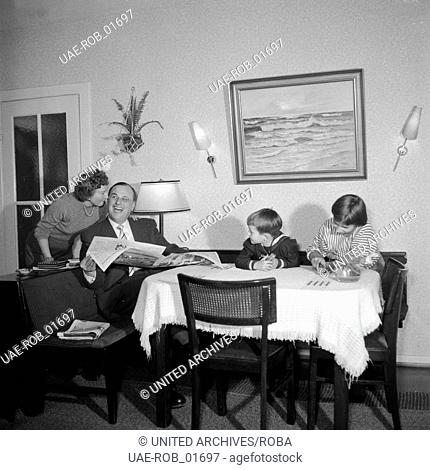 Die Familie von Albedyll im Wohnzimmer, Hamburg 1955. Von Albedyll family in their living room, Hamburg 1955