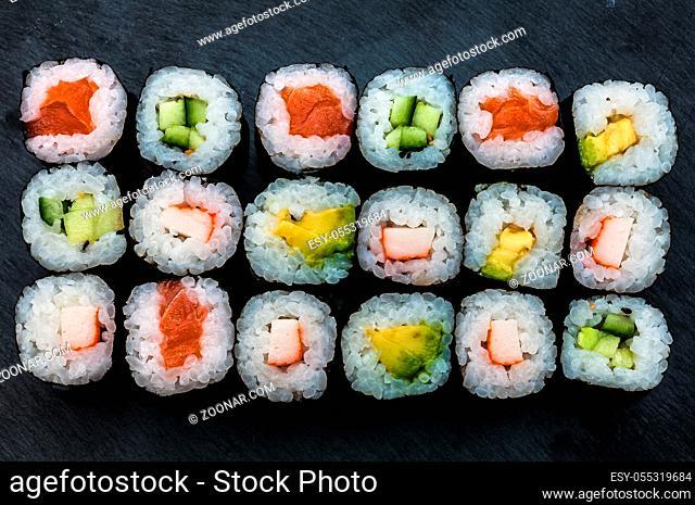 Maki-Sushi auf einer Schieferplatte