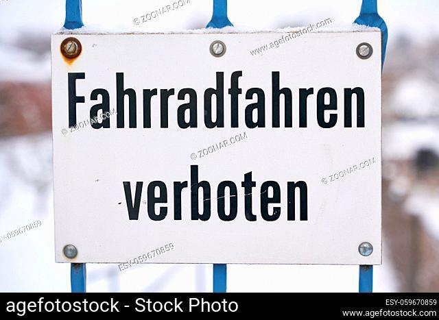 Schild am Beginn eines Fußweges mit der Aufschrift Fahrradfahren verboten