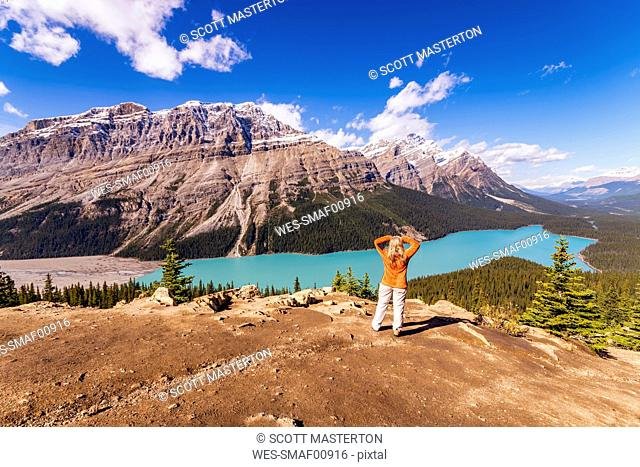 Canada, Alberta, Banff National Park, Peyto Lake, Bow Summit, female hiker enjoying view