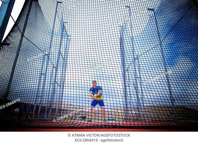 middle-aged man throwing the hammer inside a net cage in the CIAT Tenerife