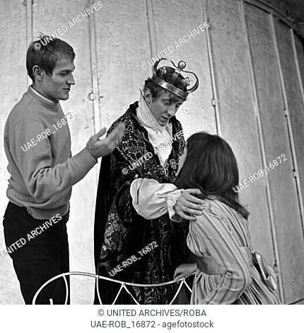 Der deutsche Schauspieler Vadim Glowna (Mitte) in Berlin, Deutschland 1960er Jahre. German actor Vadim Glowna (center) performing at Berlin, Germany 1960s