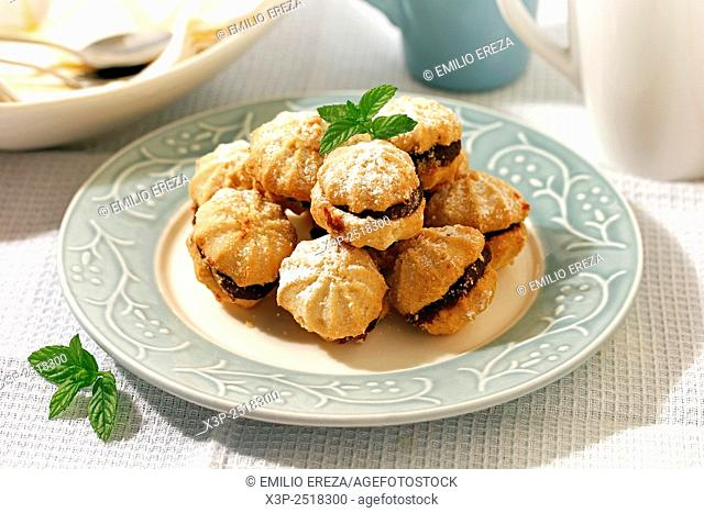 Cookies with plums, quinces and dates