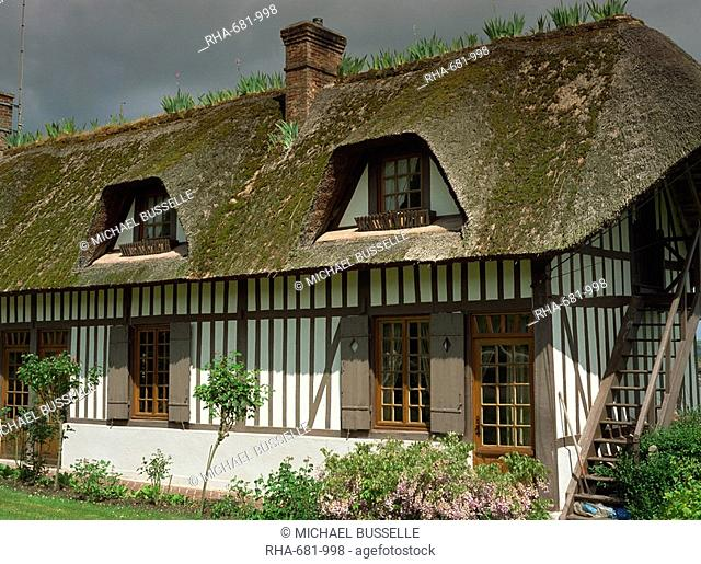 Exterior of a traditional timbered and thatched cottage in Vieux Port near Rouen in Haute Normandie Normandy, France, Europe