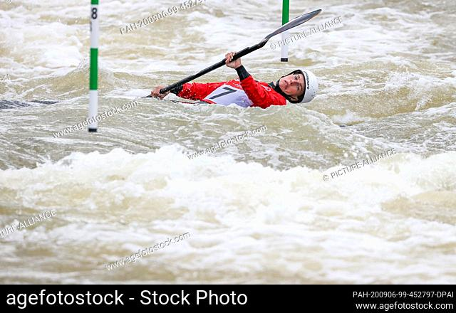 06 September 2020, Saxony, Markkleeberg: Canoe/Slalom: German championship. Cindy Pöschel from Leipzig dives under a gate in the final Women's Kayak