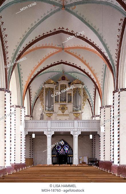 Gransee, Stadtkirche/ Innenansicht Richtung Westen mit Orgel von J. Wagner