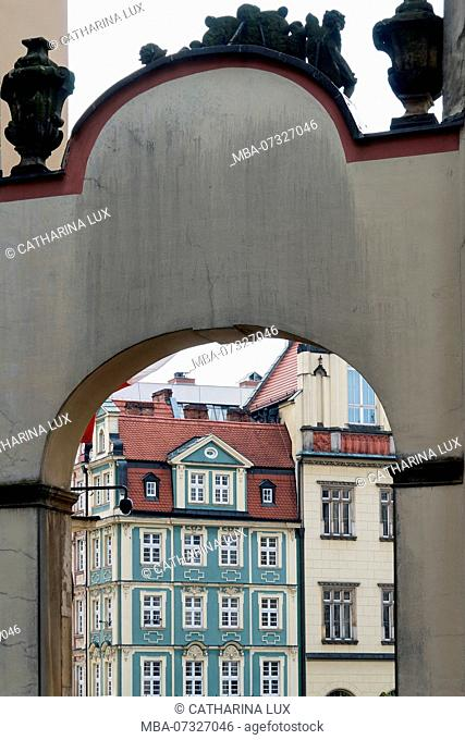 Poland, Wroclaw, old town, Altaristenhäuser (vicar houses) with arch, view to the market