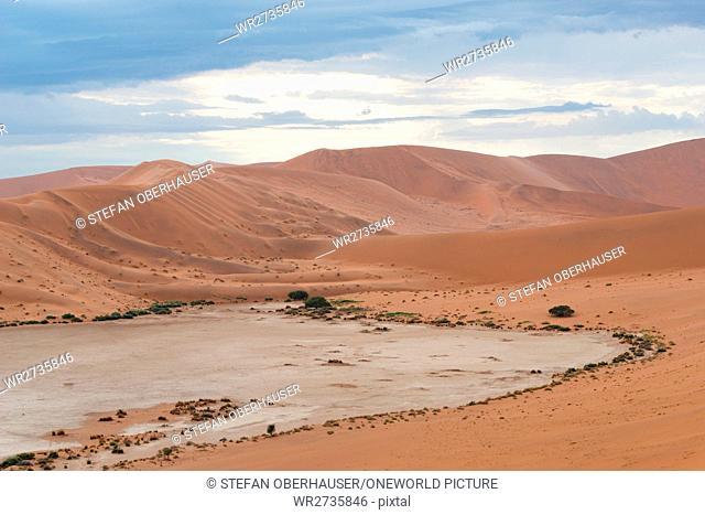 Namibia, Hardap, Sossusvlei, dune landscape before sunrise