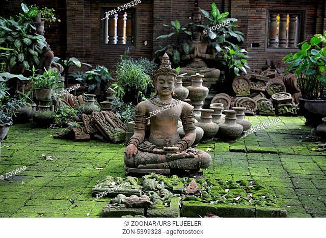 Traditionelle Figuren stehen im Garten von Ban Phor Linag Meuns Terracota Art zum Verkauf bereit dies im Terracota Garden in Chiang Mai im norden von Thailand...