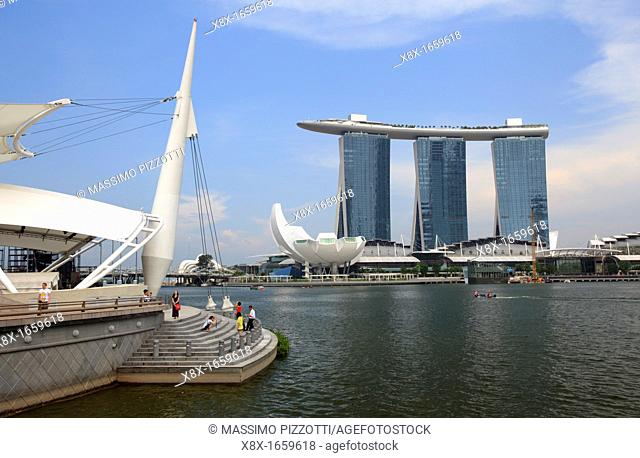 View of the the bay and the Marina Bay Sand Hotel, Singapore