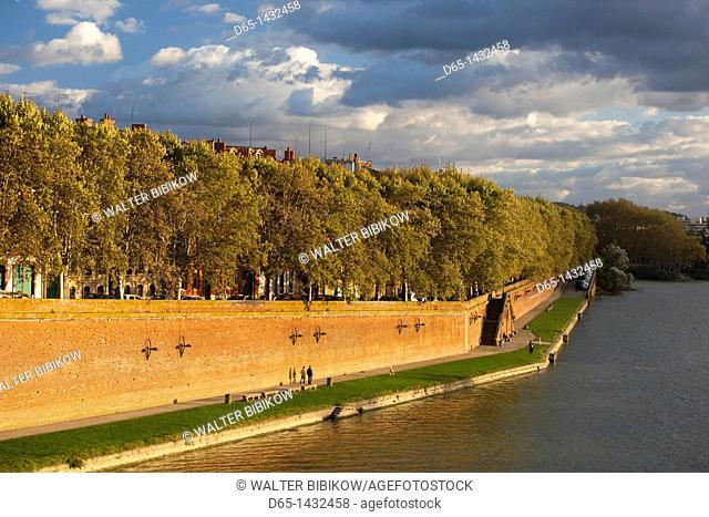 France, Midi-Pyrenees Region, Haute-Garonne Department, Toulouse, Quai de Tounis, late afternoon