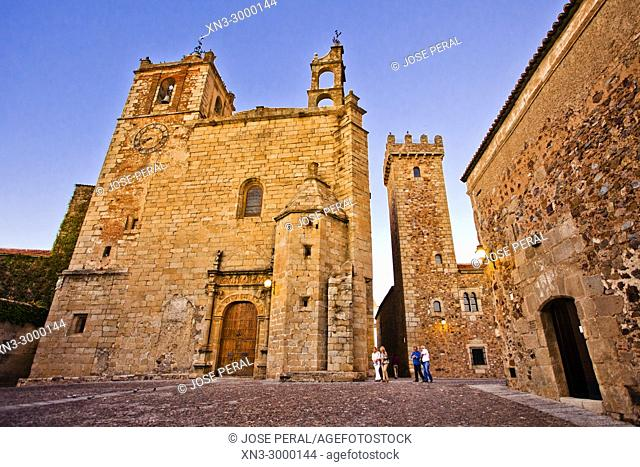At left Church of Saint Matthew, Iglesia de san Mateo, at right Tower of the Storks, Casa de los Cáceres Ovando con la Torre de las Cigüeñas, San Mateo square
