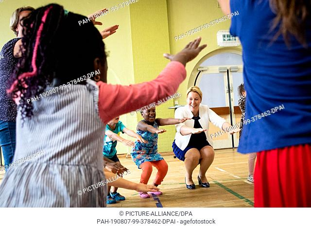 07 August 2019, Hamburg: Franziska Giffey (SPD), Federal Minister for Family Affairs, plays and dances with children during a visit to the Kita Sonnenschein