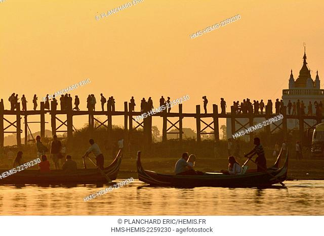 Myanmar (Burma), Mandalay division, Amarapura near Mandalay, the U-Bein bridge at sunset on the Taunghtaman lake and the Paya Pahtodawgyi