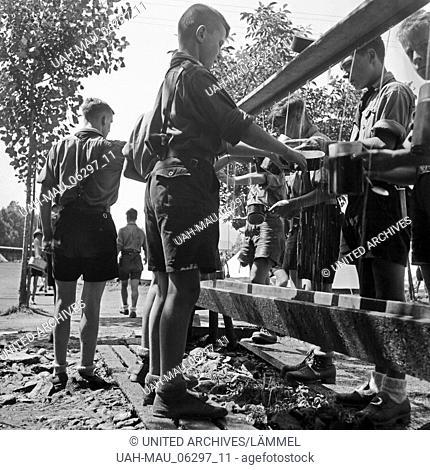 Hitlerjungen spülen ihre Feldgeschirre aus im Hitlerjugend Lager, Österreich 1930er Jahre. Hitler youths leaching out their billy cans at the Hitler youth camp