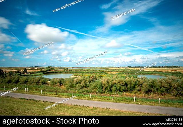 Feld- und Wasserkanäle, Süßwassersee hinter dem Deich