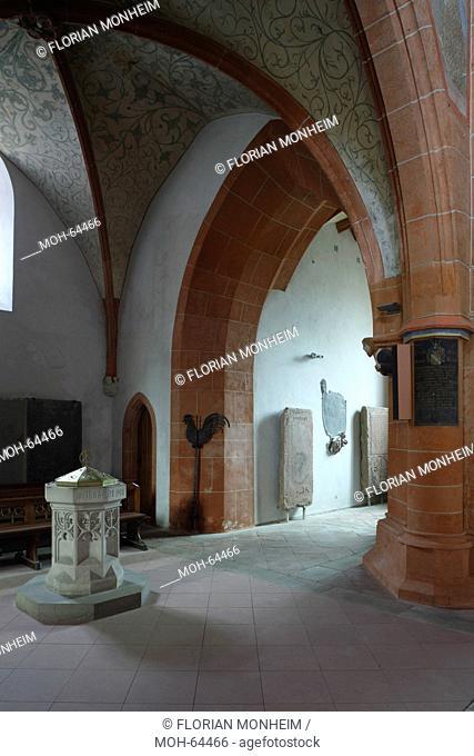Unter dem Westturm, Taufbecken und Eingang zur nördlichen Turmtreppe