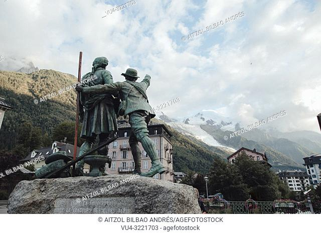 Monument in a square of chamonix to the first climbers of Mont Blanc, both continue looking at the top