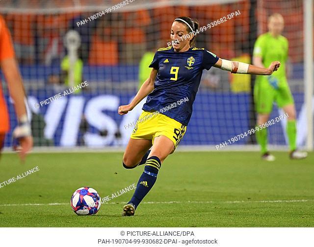 03 July 2019, France (France), Décines-Charpieu: Football, women: WM, Netherlands - Sweden, final round, semi-final, Stade de Lyon: Vivianne Miedema from the...